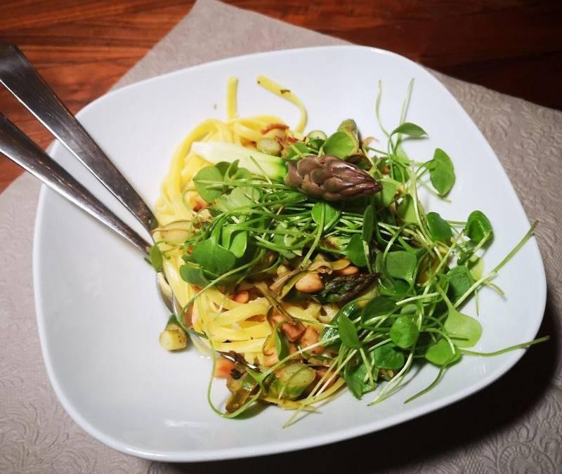 Linguine al limone mit Spargeln und Mandeln