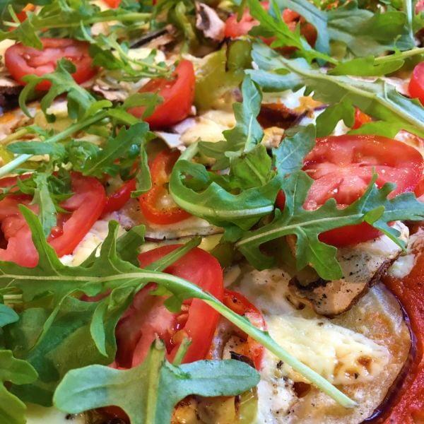 Sommerliche Tomaten-Auberginen Pizza